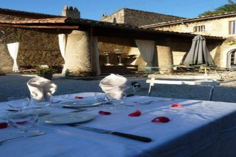 Location de vacances - Chambre d'hôtes à Saint-Lager-Bressac - la cour du chateau