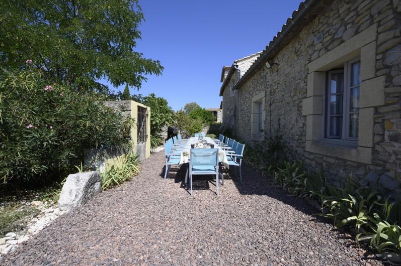 Location de vacances - Mas à Bouquet - Le jardin avec la grande table extérieure