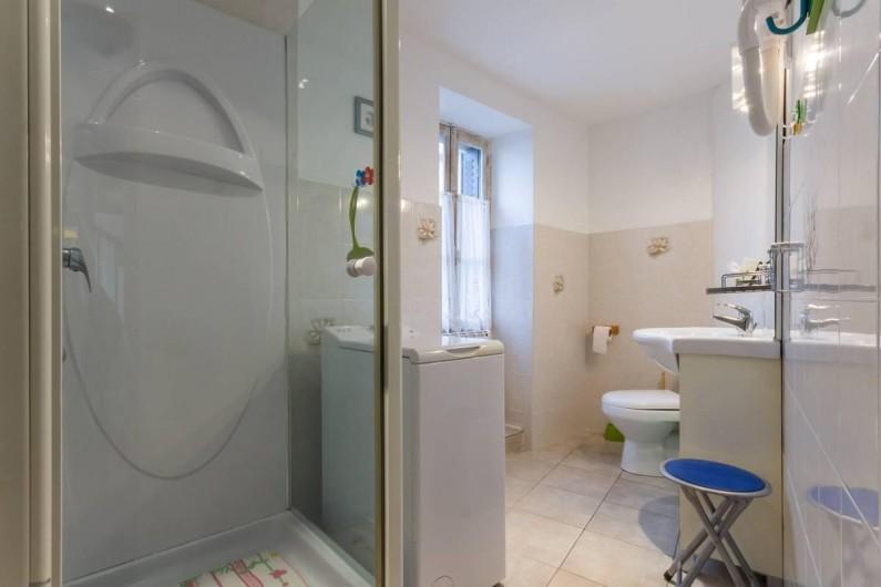Location de vacances - Gîte à Saint-Péreuse - la salle de bain