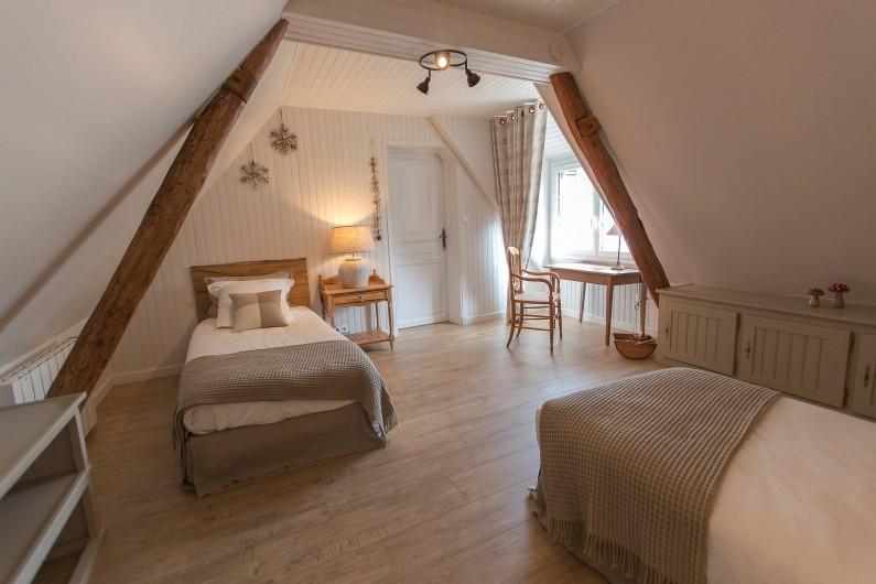 Location de vacances - Gîte à Beaudéduit - Chambre étage. Vue sur jardin.