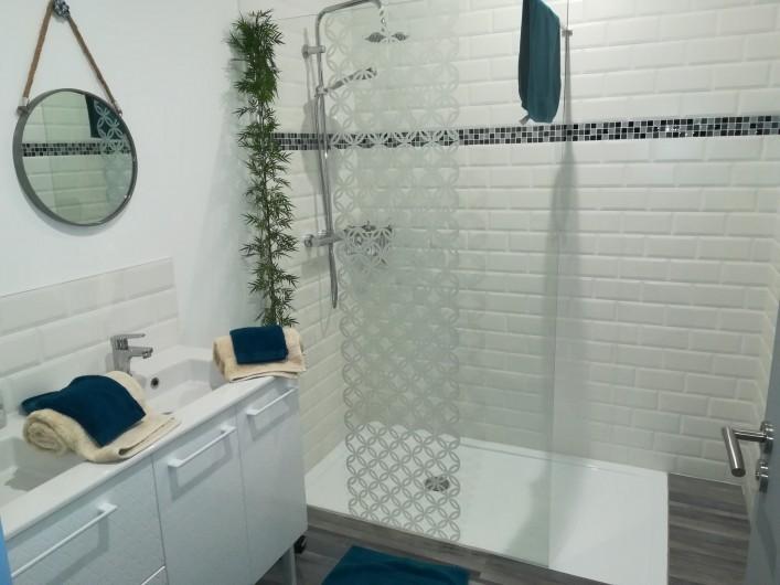 """Location de vacances - Chambre d'hôtes à Saint-André-de-la-Marche - Salle de bain  Chambre""""Mer"""""""