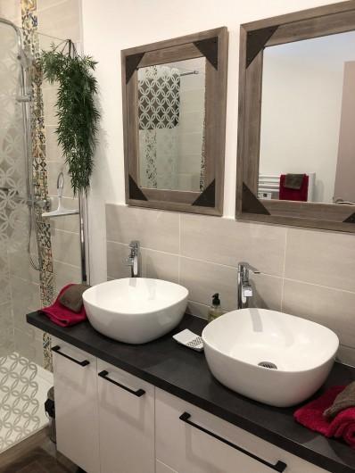"""Location de vacances - Chambre d'hôtes à Saint-André-de-la-Marche - Salle de bain Chambre""""Celte"""""""