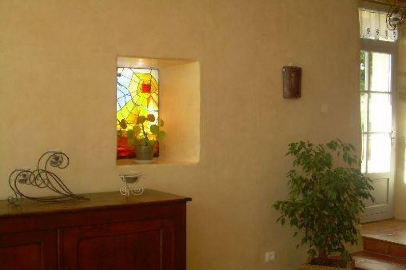 Location de vacances - Gîte à Castéra-Verduzan - mur du salon avec vitrail