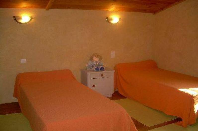 Location de vacances - Gîte à Castéra-Verduzan - chambre enfant avec 2 lits de 90