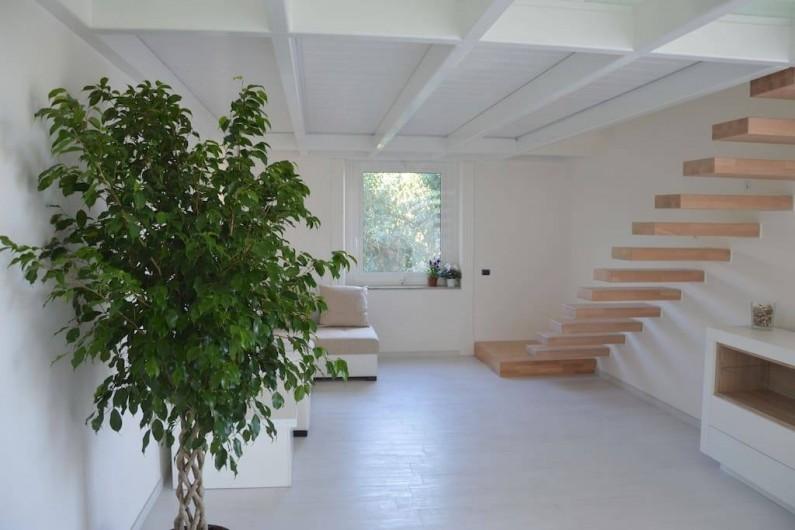 Location de vacances - Appartement à Naples - Salon avec escalier en bois