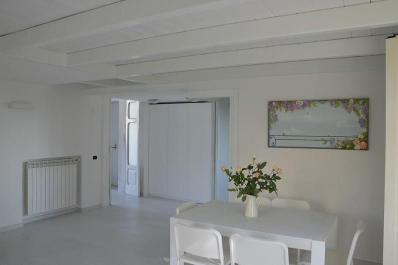 Location de vacances - Appartement à Naples - Salon avec table à manger et vue sur l'entrée