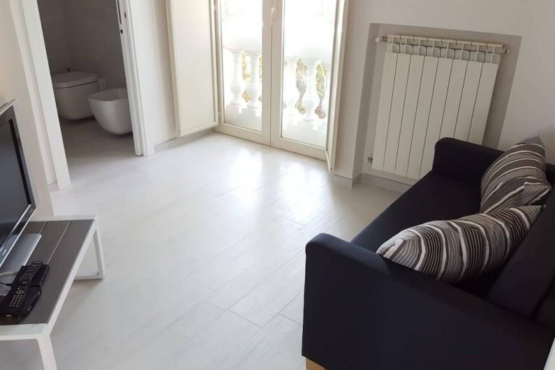 Location de vacances - Appartement à Naples - Petite chambre avec un canapé et une des quatre salles de bain