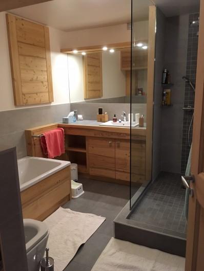 Location de vacances - Chalet à Les Contamines-Montjoie - Grande salle de bain en bas avec douche et baignoire