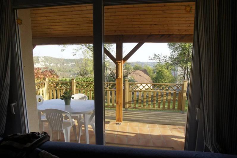 Location de vacances - Gîte à Le Bougayrou - Vue depuis la salle à manger de la terrasse et des falaises