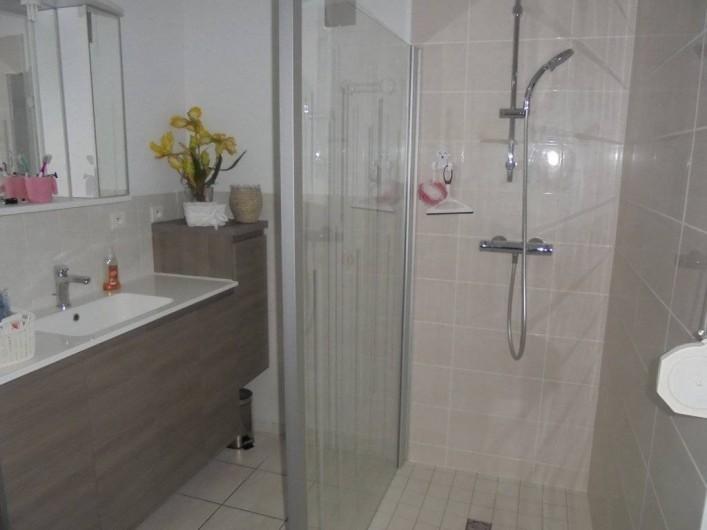 Location de vacances - Gîte à Le Bougayrou - Salle d'eau avec lavaboet douche