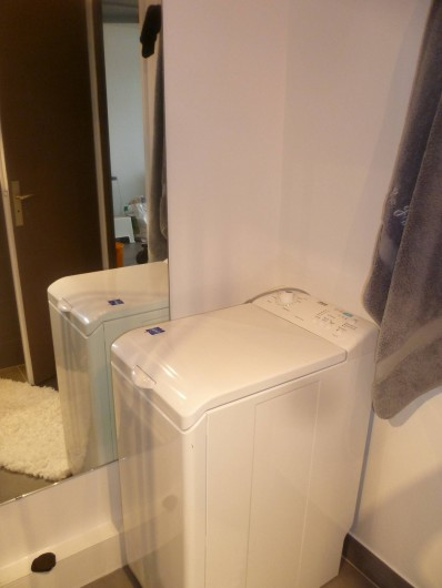 Location de vacances - Appartement à Le Grau-du-Roi - machine a laver dans salle de douche