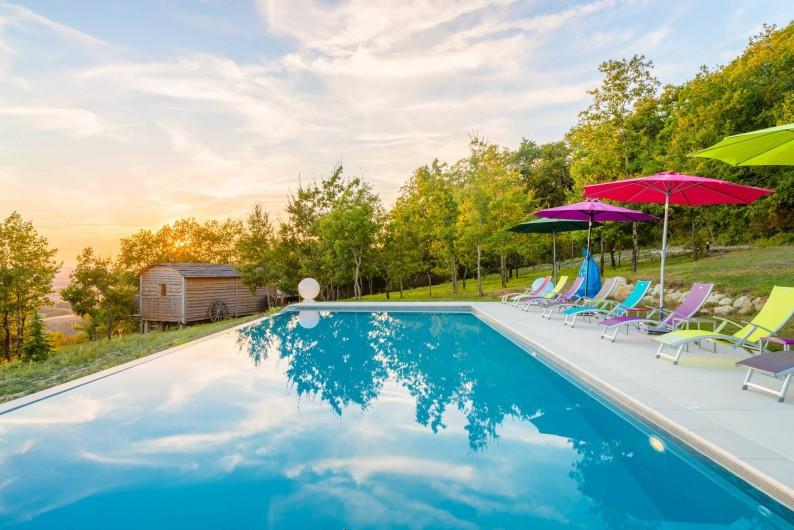 Location de vacances - Cabane dans les arbres à Clairac - La piscine à débordement avec vue sur la vallée de la Garonne